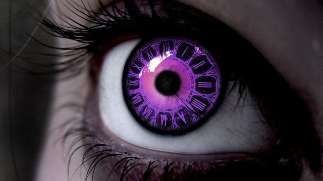 Photo d'un cadran horaire à l'intérieur d'un œil mauve