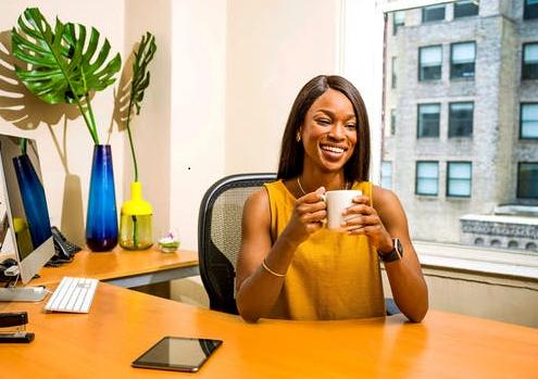 Femme chef d'entreprise détendue grâce à sa Conciergerie à La Réunion